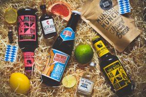 Überblick über den Inhalt der Bayern Box mit Getränken, Snacks und Dekoration