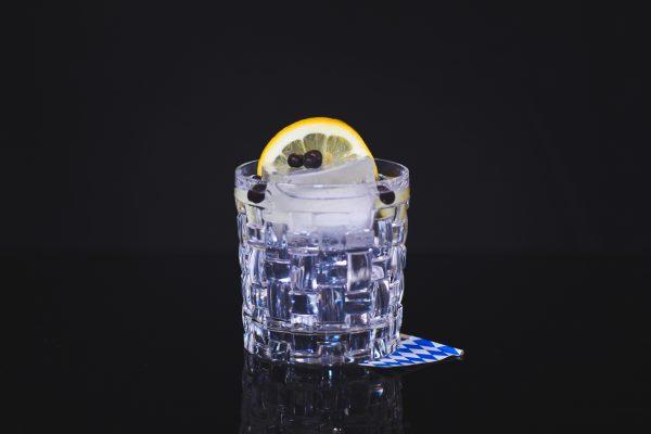 Gin und Tonic Water: Drinks aus deiner Heimat in ein Glas geschenkt mit einem Bayern Fähnchen