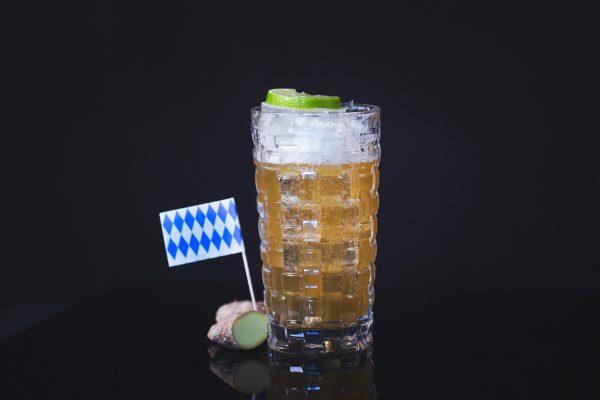 Ingwer Narrisch in ein Glas geschenkt mit einem Bayern Fähnchen